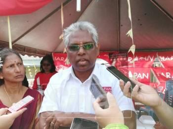 M Manogaran bertemu penduduk sebelum menyertai sambutan Hari Thaipusam di Kuil Sri Subramaniar, Ringlet.