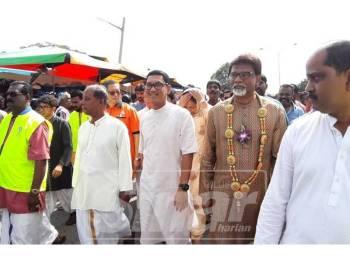 Ahmad Faizal (tengah) bersama Kulasegaran (kiri) dan Dr Xavier (kanan) melawat Kuil Arulmigu Subramania sempena sambutan Thaipusam di Gunung Cheroh, hari ini.