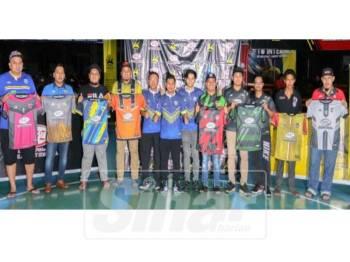 Abd Hafiz (enam, kiri) bersama wakil lapan pasukan dari seluruh negeri Pulau Pinang yang menyertai Liga Futsal Kovra DFZ 2019. - Foto ABD HALIM