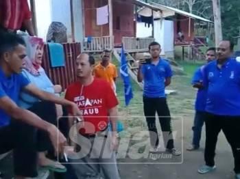 Maznah (duduk) ketika bersemuka dengan Tengku Zulpuri (merah) dalam klip rakaman yang tersebar sejak tengah malam tadi.