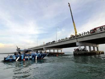 Operasi mencari sebuah kereta yang terhumban ke dalam laut selepas terlibat dalam kemalangan jalan raya dengan sebuah lagi kereta di KM 4 Jambatan Pulau Pinang semalam berhenti pada 7 malam ini.- Foto Bernama