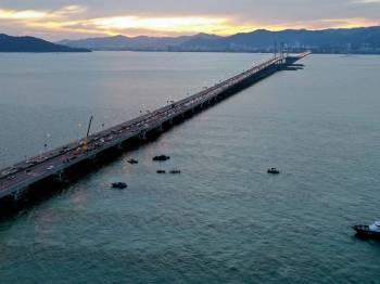 Pemandangan udara operasi mencari sebuah kereta yang terhumban ke dalam laut selepas terlibat dalam kemalangan jalan raya dengan sebuah lagi kereta di KM 4 Jambatan Pulau Pinang semalam berhenti pada 7 malam ini. - Foto Bernama
