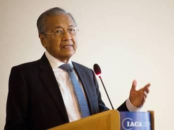 Perdana Menteri, Tun Dr Mahathir Mohamad menyampaikan syarahan bertajuk 'Memerangi Rasuah di Malaysia: Pencapaian, Cabaran dan Perspektif' di International Anti Corruption Academy (IACA), hari ini. - Foto Bernama