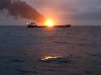 Asap kelihatan susulan kebakaran kapal di Selat Kerch, semalam. - Foto kerch.fm