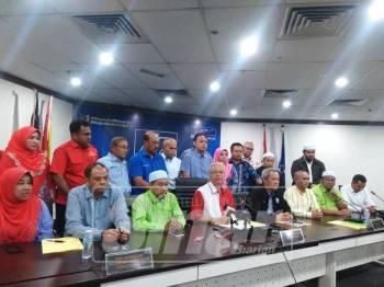 Ismail (tengah) mempengerusikan sidang media, hari ini.
