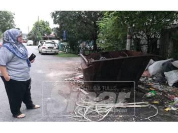 Keadaan tempat pembuangan sampah di belakang Lorong 3H, Perumahan PKNS, Batu 13 1/2, Kampung Pasir di sini sejak beberapa bulan lalu.