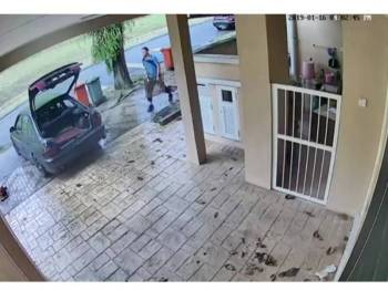 Rakaman video litar tertutup menunjukkan suspek sedang memunggah besi penutup longkang ke dalam sebuah kereta.