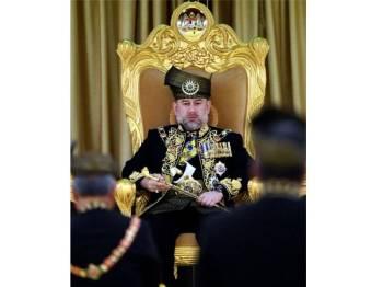 Yang di-Pertuan Agong Sultan Muhammad V ketika Istiadat Pertabalan Yang di-Pertuan Agong Ke-XV di Istana Negara pada 24 April 2017. Bagaimanapun tuanku telah meletakkan jawatan sebagai Yang di-Pertuan Agong berkuat kuasa hari ini. Baginda merupakan Yang di-Pertuan Agong ke-15 bermula 13 Disember 2016. - Foto Bernama