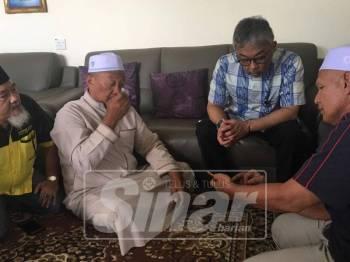 Al Sultan Abdullah (dua, kanan) beramah mesra dengan Mohd Syukor (tiga, kanan) selepas berkenan melawat rumajnya di Perumahan Dato Shahbandar di sini, hari ini.
