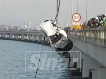 Operasi membawa naik kereta SUV Mazda CX-5 yang terjunam di laut berjaya dinaikkan sepenuh ke Jambatan Pulau Pinang pada jam 6.05 petang.