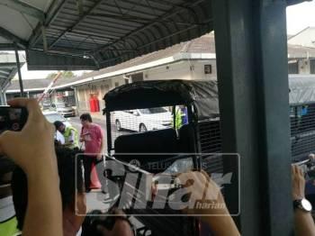 Mayat mangsa ketika tiba di perkarangan unit forensik Hospital Seberang Jaya.