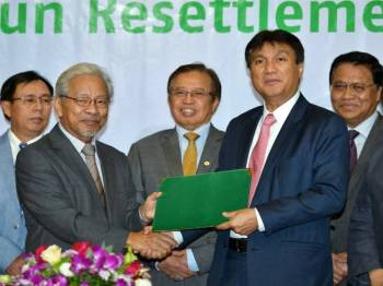 Ketua Menteri Sarawak, Datuk Patinggi Abang Johari Tun Openg (tengah) menyaksikan pertukaran dokumen di antara timbalannya, Tan Sri Dr James Jemut Masing (kiri) dengan Ketua Pegawai Eksekutif Kumpulan Sarawak Energy Berhad (SEB), Sharbini Suhaili (kanan) pada majlis menandatangani Memorandum Persefahaman (MoU ) untuk Bakun Resettlement Scheme Education Fund, hari ini. - Foto Bernama