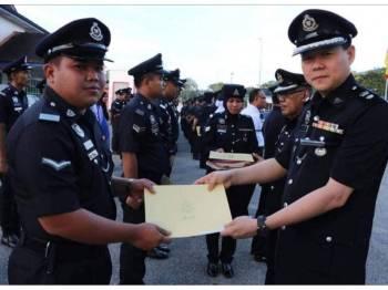 Bak Phai menyampaikan surat penghargaan kepada anggota dan pegawai awam.