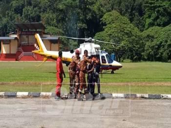 Antara pelajar dari Pos Simpor yang dibawa keluar menggunakan helikopter.