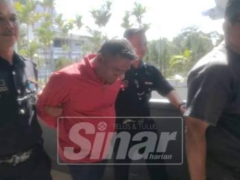 Tertuduh dibawa keluar dari Mahkamah Majistret di Ayer Keroh, hari ini.