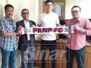 Pinto (dua, kanan) bersama pengurusan PKNP FC.