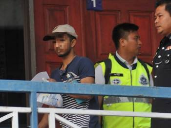 Seorang lelaki keluar dari Cawangan Trafik Ibu Pejabat Polis Daerah Seberang Perai Tengah selepas dibebaskan atas jaminan polis, hari ini. - Foto Bernama