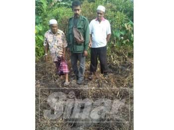 Penduduk menunjukkan musuh tanaman yang dimusnahkan oleh Perhilitan.