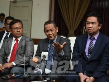 Aminuddin (tengah) pada sidang medianya semalam.