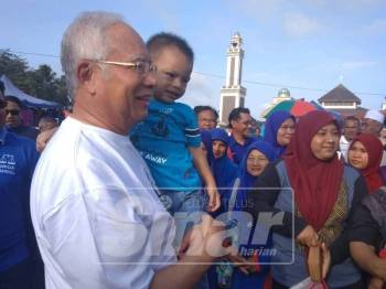Najib ketika sesi walkabout di Pasar Pagi Sungai Koyan 1, pagi tadi.