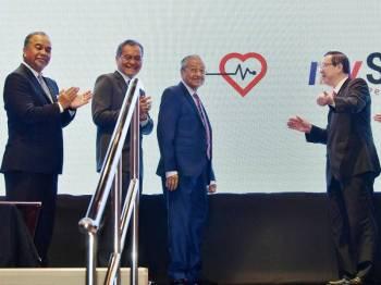 Perdana Menteri Tun Dr Mahathir Mohamad melancarkan Skim Perlindungan Nasional B40 mySalam sambil disaksikan oleh Menteri Kewangan, Lim Guan Eng dan Menteri Kesihatan, Datuk Seri Dr Dzulkefly Ahmad di Perbendaharaan Malaysia, Kementerian Kewangan hari ini. Foto: Bernama