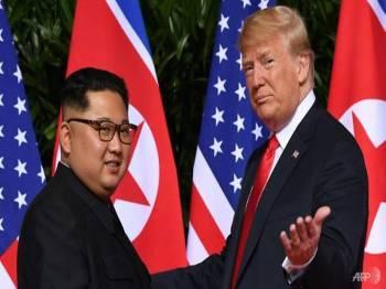 Jong-un (kiri) dan Trump bersetuju untuk bertemu kali kedua pada bulan depan.