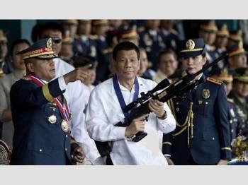 Duterte (tengah) didakwa cuba untuk memperluaskan tindakan kerasnya terhadap kempen dadah dan jenayah yang dilancarkan di bawah pentadbirannya.