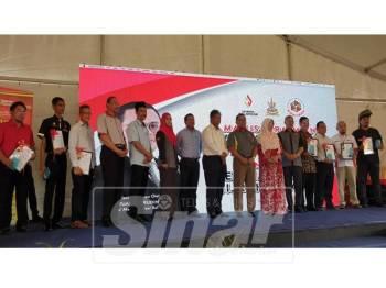 Amirudin merakamkan gambar bersama penerima urat penghargaan Smart Partnership Kohijrah.