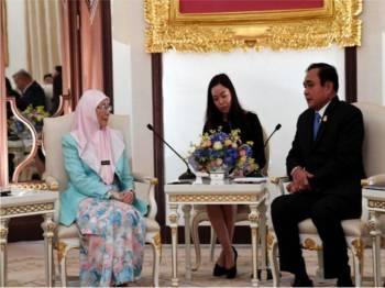 Wan Azizah (kiri) memberi kunjungan hormat kepada Perdana Menteri Thailand Jeneral Prayut Chan-o-cha (kanan) di Rumah Kerajaan hari ini. - Foto Bernama