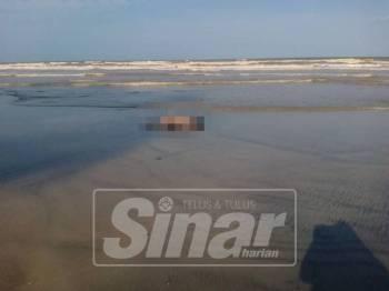 Mayat yang ditemui terdampar di Pantai Melawi petang tadi.