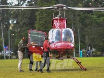 Petugas-petugas SPR membawa beg Mengundi ke dalam helikopter untuk dibawa ke pusat-pusat mengundi di padang SMK Sultan Ahmad Shah sebentar tadi.-Foto Sinar Harian/SHARIFUDIN ABDUL RAHIM