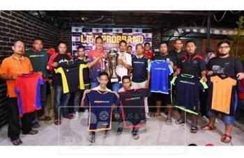 Zainal Aziz (lima kiri, belakang) bersama semua pengurus pasukan bergambar bersama piala pusingan Liga Bolasepak Piala Probrand 2019.