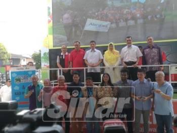 Azmin (belakang, tiga, kiri) dan Zuraida merasmikan pelancaran 3R di Stesen Petronas Jalan Kolam Ayer, Ampang, hari ini.
