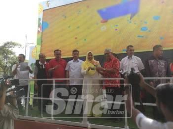 Zuraida menyampaikan kad Mesra Petronas kepada orang awam sebagai menggalakkan kempen kitar semula dan kumpul mata ganjaran.