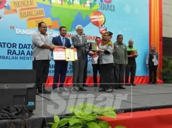 Raja Kamarul Bahrin menyampaikan hadiah kepada wakil Taman Tema Studio Animasi (MAPS) yang memenangi tempat pertama Tandas Awam Bersih Kategori Kawasan Pelancongan pada majlis tersebut.