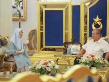 Wan Azizah menghadap Sultan Ibrahim di Istana Bukit Serene.