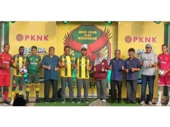 Mukhriz (enam, kiri) hadir merasmikan pelancaran jersi dan memperkenalkan penaja KFA musim 2019 di Stadium Darul Aman, petang tadi. - Foto: AHMAD ZAKI OSMAN