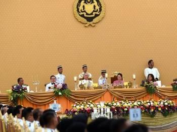 Timbalan Yang di-Pertuan Agong Sultan Nazrin Shah (duduk tiga, kanan) dan Raja Permaisuri Perak Tuanku Zara Salim (duduk dua, kanan) berangkat tiba bagi menghadiri Majlis Santapan Beradat sempena Sambutan Hari Kastam Sedunia Kali Ke-37 Tahun 2019 di Istana Negara malam ini. Foto: Bernama