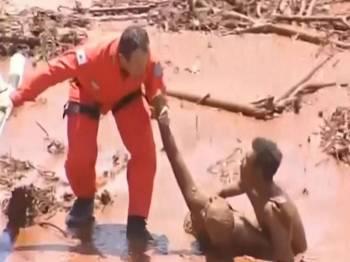 Bomba menarik keluar seorang wanita dari lumpur dan diterbangkan ke hospital berdekatan.