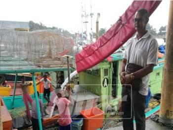 Taha melihat pekerjanya bersiap sedia untuk keluar menangkap ikan.