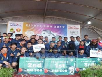 Peserta Kejohanan Estate Run Asia 2019 merakam kenangan bersama.