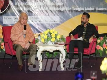 Tengku Razaleigh bersama moderator, Norali Nordin dalam ceramah 'Masa Depan Orang Melayu', malam tadi.