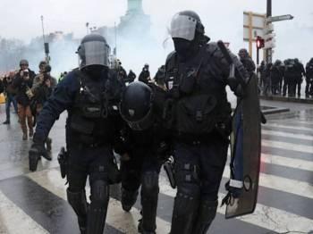 Protes ves kuning di Perancis mengakibatkan pertempuran berterusan dengan pihak berkuasa. - Foto AFP
