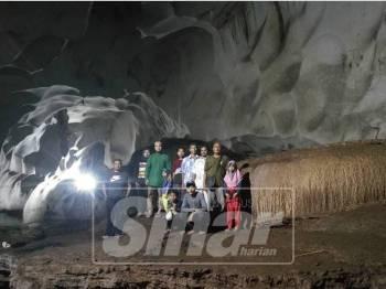Pengunjung bergambar di salah satu sudut menarik dalam gua.