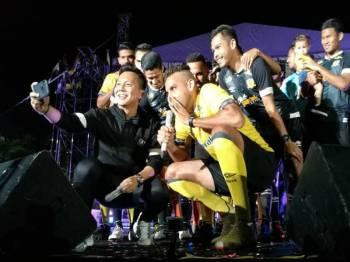 Pemain import Perak, Gilmar da Silva mengetuai chant Sha La La pada majlis berkenaan.
