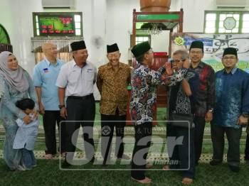 Norsham (kiri) bersama mengiringi Mohammad Yaacob (empat, kiri) yang hadir bersama Huzairi dan pemimpin setempat sempena sesi penyampaian bantuan di Masjid Jamiul Muhammadiah Kampung Kuantan, pagi tadi.