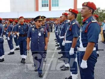 Azlimin memeriksa barisan kawalan kehormat pada Majlis Perbarisan Tahunan JBPM Terengganu di sini, hari ini.
