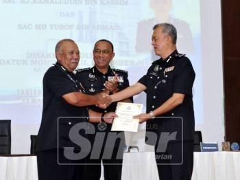 Majlis serah terima tugas antara Kamaluddin (kiri) dan Md Yusof (kanan) sambil disaksikan Mohd Khalil (tengah).