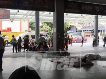 Dua warga emas maut dipercayai sesak nafas ketika ambil kupon makanan percuma di ICC Pudu, tengah hari tadi.