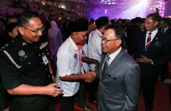 Osman bersalaman bersama antara pegawai dan anggota perkhidmatan awam yang hadir. - Foto Ihsan Pejabat Menteri Besar Johor